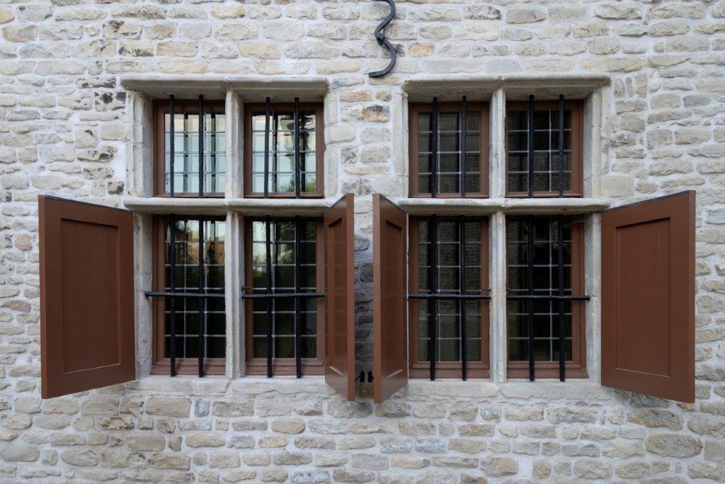 Bij het plaatsen van de nieuwe ramen werd het oude traliewerk behouden. (Beeld: PIT Antwerpen)