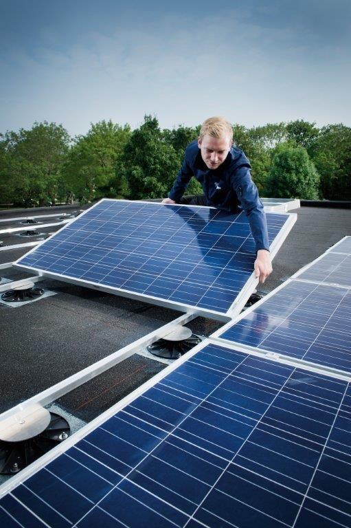 Om te vermijden dat zonnepanelen na tien jaar tijdelijk moeten worden verwijderd met het oog op de vernieuwing van de dakafdichting, hanteert men voor de dakafdichting gemakshalve eenzelfde garantietermijn van twintig jaar.
