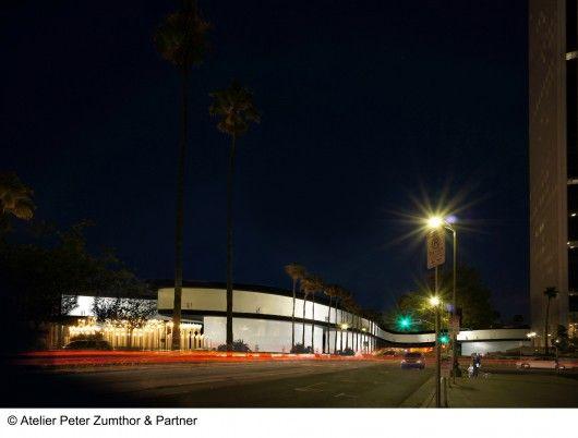 Een weergave van het museum in oostelijke richting op de Wilshire Boulevard