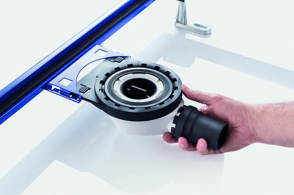 De sifon wordt simpelweg vastgeklikt in de vooraf gemonteerde montagesteun.