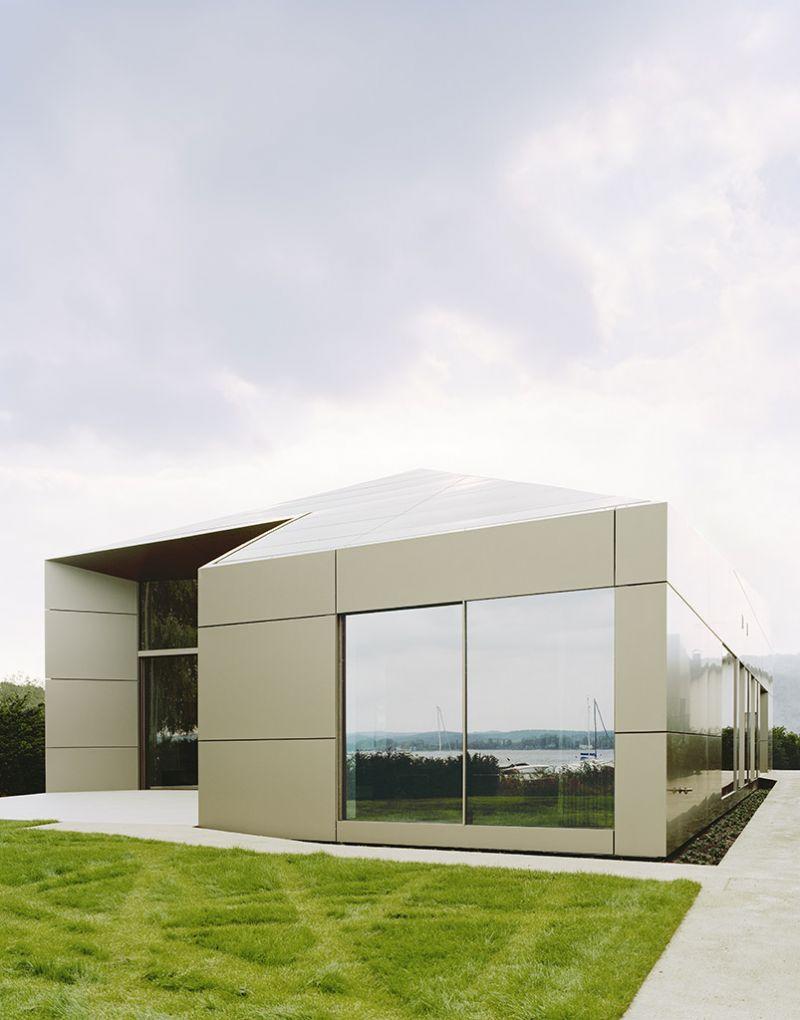 De strakke gevelplaat wordt gecombineerd met een strakke detaillering waarbij het materiaal als een enveloppe dient voor het hele gebouw.
