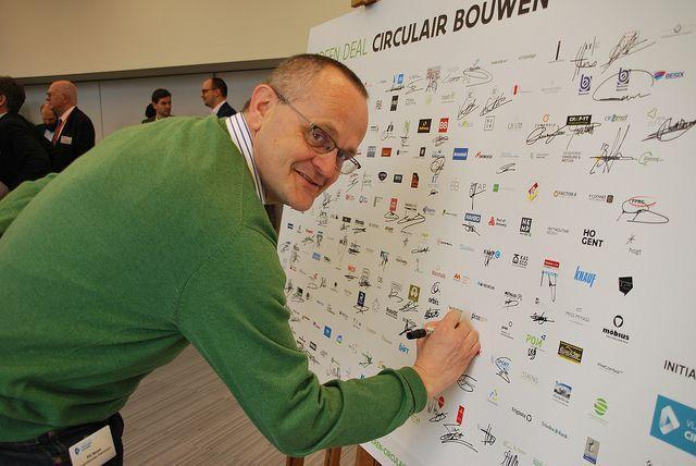 Rik Neven, responsable du bureau Palindroom et d'architectura.be, signe le Green Deal
