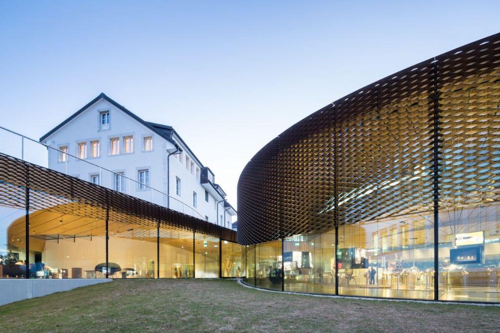 Un écran solaire en nid d'abeille permet d'ombrager la façade en verre.