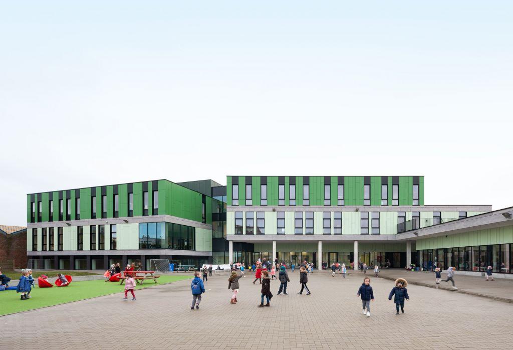 A Blankenberge, l'apparence d'une nouvelle école embellie par des panneaux de façade colorés