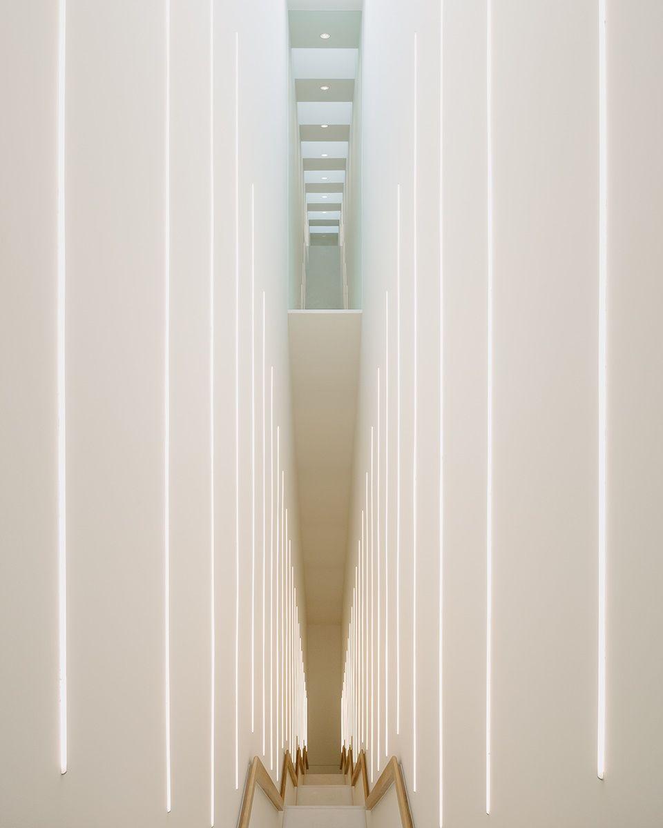 """""""Een indrukwekkende lange, lineaire trap verbindt de nieuwe tentoonstellingszalen op de eerste verdieping met die op de bovenste verdieping en geeft ook toegang tot de tussenverdieping waar de donkere kabinetten gesitueerd zijn."""""""