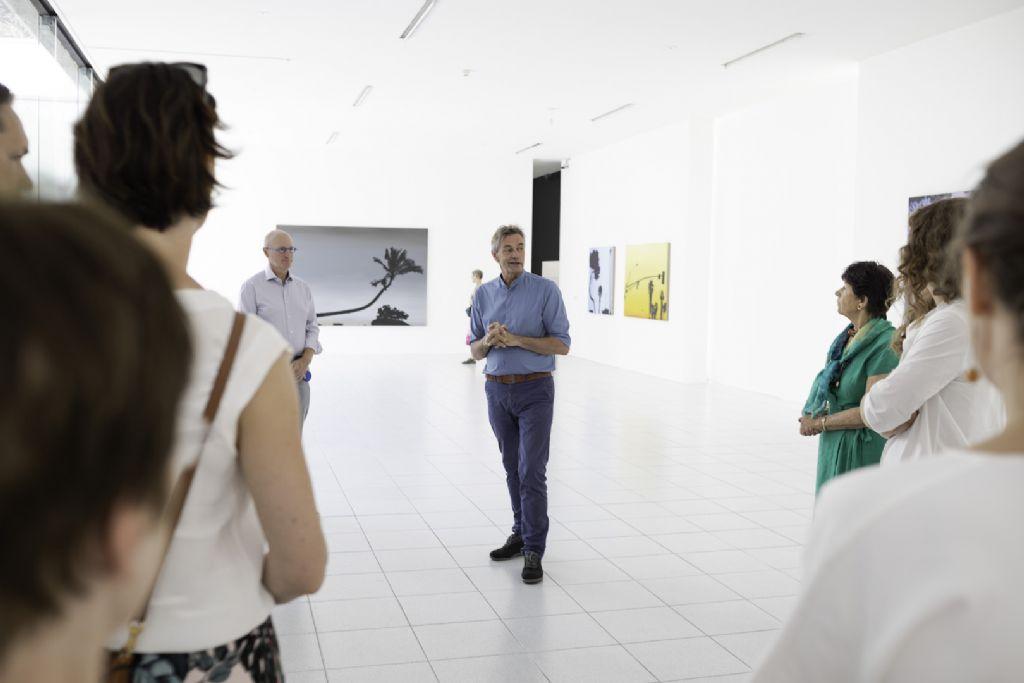 Directeur van het museum Dhondt-Dhaenens Joost Declercq tijdens de opening van de 'Bïennale van de Schilderkunst – Over Landschappen'.