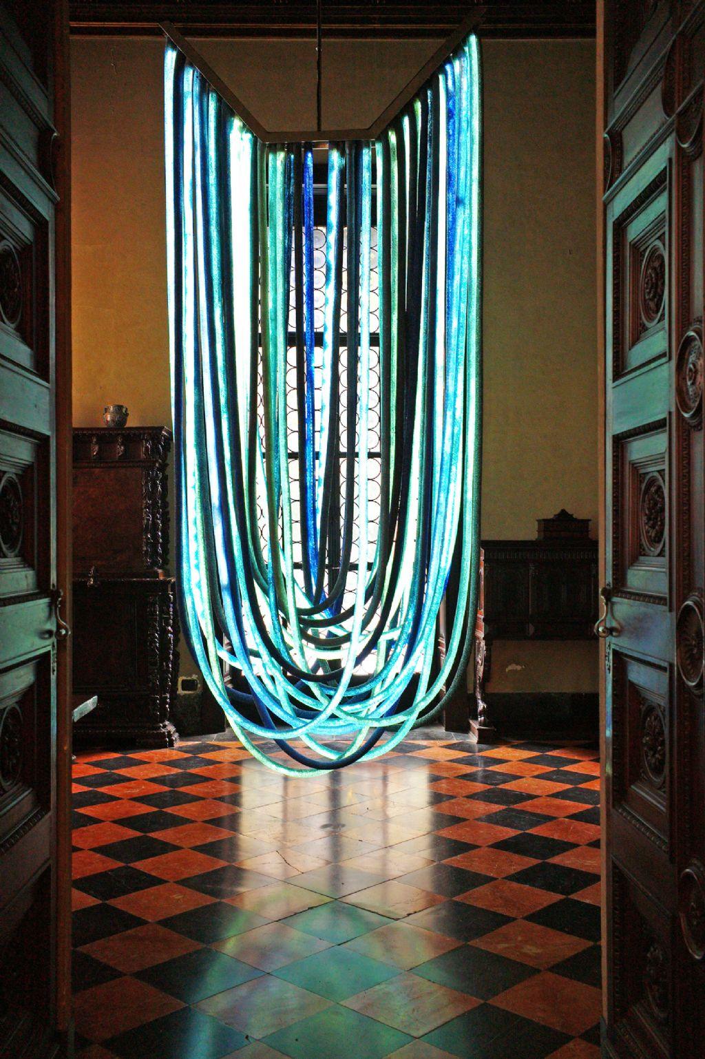 Nacho Carbonell stelt tijdens Design September tentoon in het Horta Museum (hier afgebeeld: zijn werk 'Blue Chandelier', © Tatiana Uzlova)