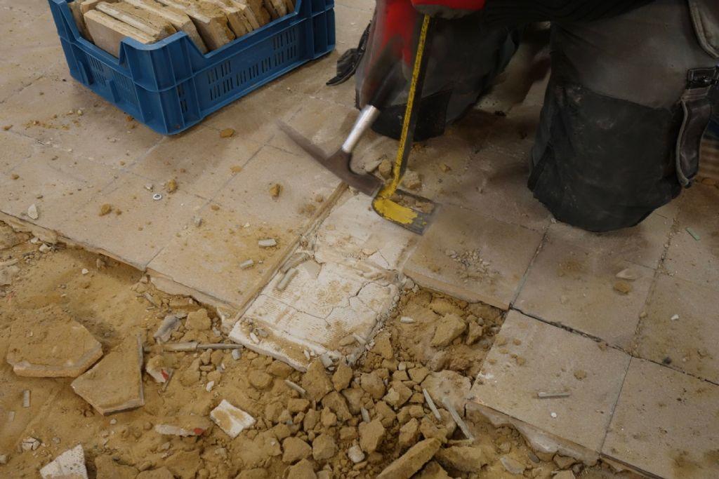Station Brussel-Noord : demonteren van tegels voor hergebruik