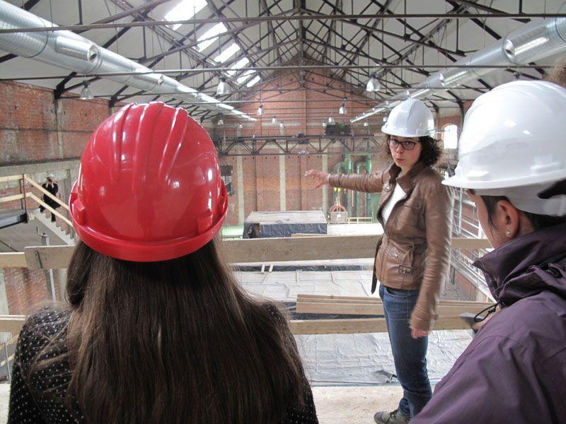 Architecte Karolien Sas geeft uitleg tijdens de rondleiding.