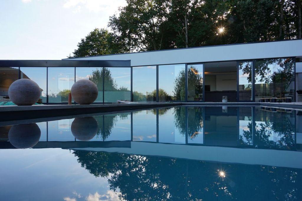 Rénovation en profondeur d'une habitation à Glabais et nouvelle extension au niveau de la piscine située en partie supérieure du jardin d'où l'on jouit de superbes vues sur le paysage.
