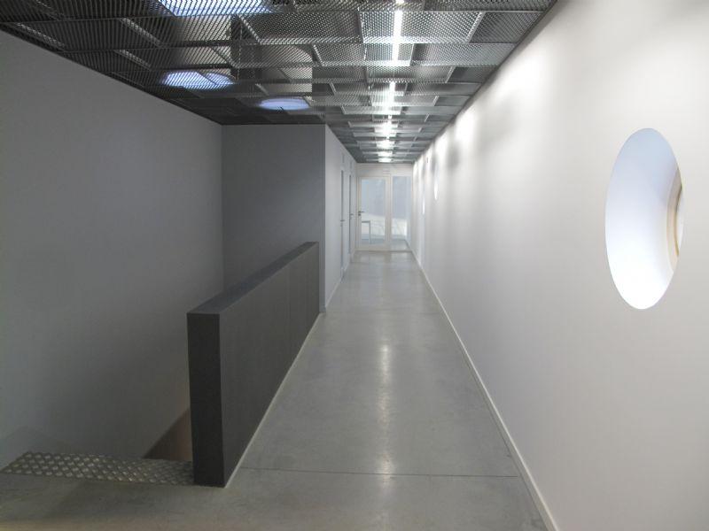A l'intérieur comme à l'extérieur, la fonctionnalité prime. L'efficacité énergétique est aussi au rendez-vous puisque le bâtiment respecte les critères du standard passif.