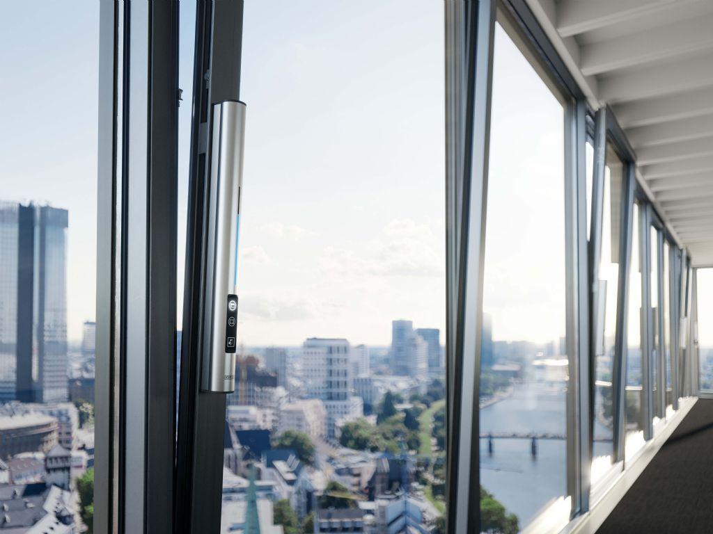 Met het nieuwe F 1200+ biedt  GEZE nu ook een speciaal aandrijvingssysteem aan voor het openen en sluiten van grote kamerhoge ramen: