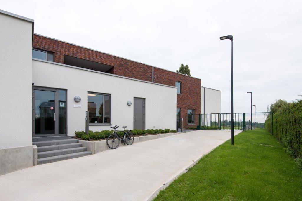 Het dagcentrum en de leefgroepen functioneren los van elkaar en hebben dan ook aparte ingangen. (Beeld: VK Architects & Engineers)
