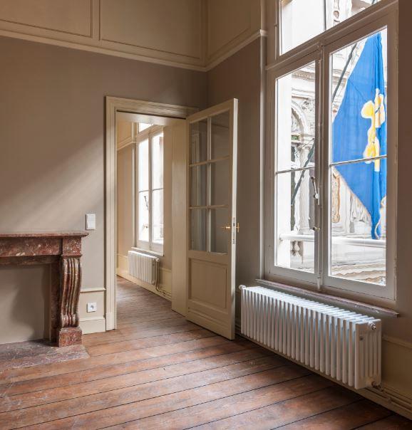 """""""De Zehnder Charleston past perfect in de stijl van de geklasseerde gebouwen. De designradiator combineert een tijdloos design met uitzonderlijke prestaties,"""" zegt Claire Van Bellingen, Archi2000."""