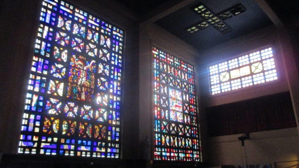 Hoewel alle glasramen in de jaren 50 vervangen zijn en het interieur verduisterd is, valt het interieur van de Sint-Suzannakerk op door zijn uitermate open karakter.