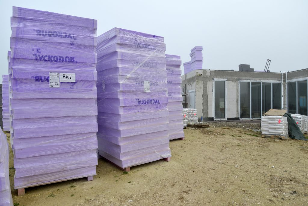 Les panneaux JACKODUR® sont directement livrés sur le chantier. Leur légèreté permet une grande facilité de manipulation et leur insensibilité à l'humidité autorise leur stockage sans contrainte.