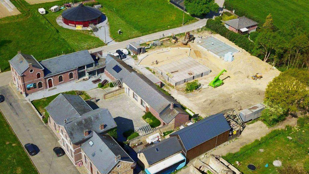 Face au chapiteau actuel, les fondations du nouveau chapiteau en bois et de l'Ecole de Cirque.