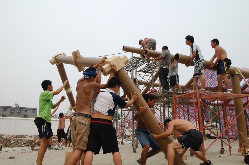 De bouw van een tijdelijke basisschool in Chengdu, China in 2008.