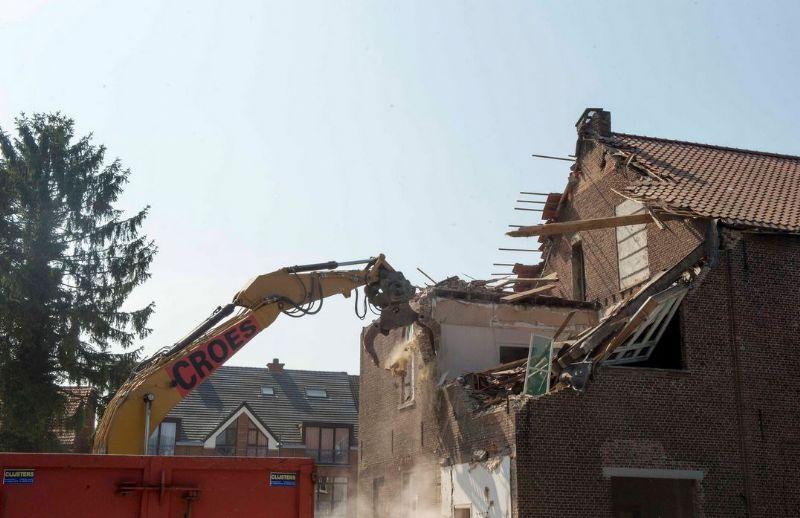 De kraan vernielde in een mum van tijd de volledige school.