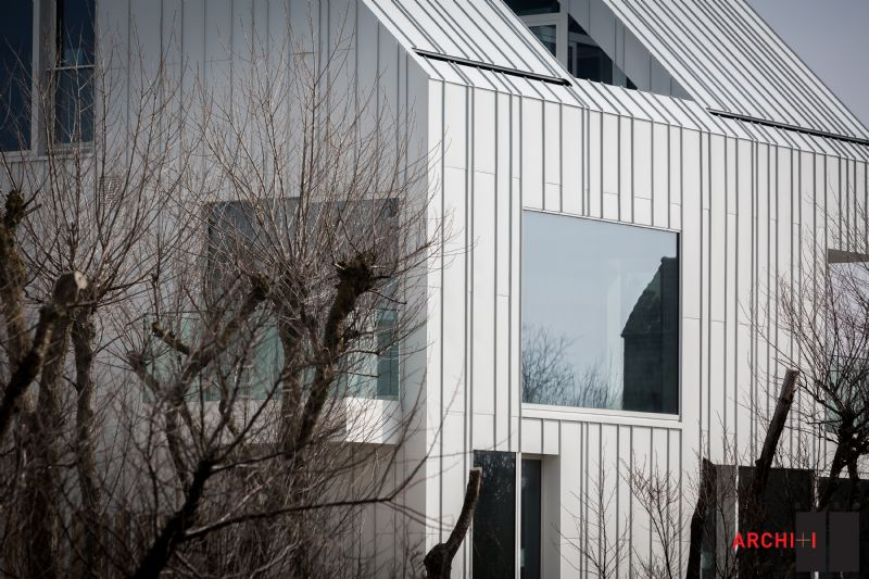 Gewikt en Gewogen: Witte aluminium met staande naad (Riet Ide & Xavier Nolf, BURO II & ARCHI + I)