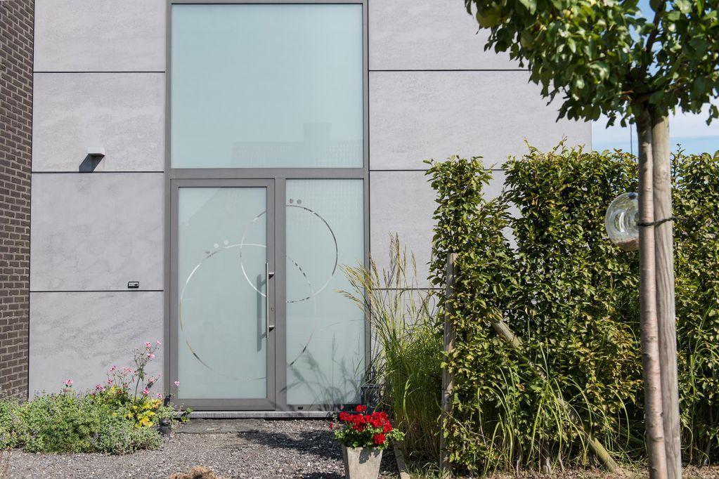 De volledig beglaasde en gepersonaliseerde voordeur
