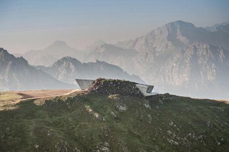 Zaha Hadid ontwierp een gebouw dat in de rand van de berg gevestigd is, en waarvan enkele delen enkel tevoorschijn komen om de bezoeker op unieke uitzichten te trakteren.