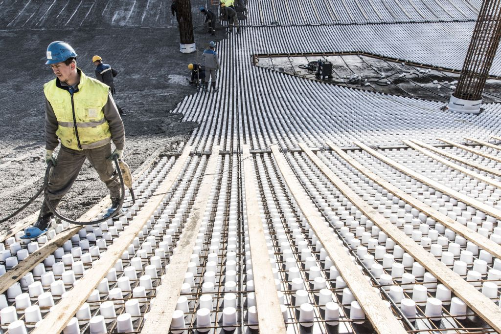 In het gebogen akoestische plafond zijn goed 47.000 schuimkokertjes geïntegreerd, die na het betonneren verwijderd zijn. (Beeld: Filip Van Loock)