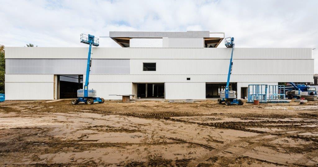 Simultaan met de showroom werd even verderop ook een nieuw servicecenter opgetrokken.