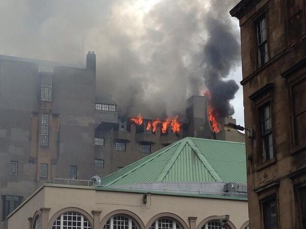 De vlammen waren duidelijk zichtbaar door de ramen en het dak.