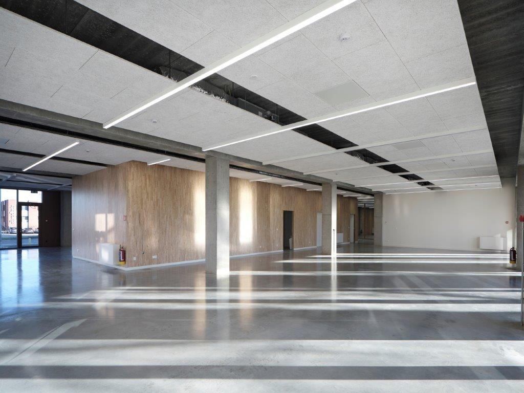 De open structuur van het gebouw versterkt de interactie tussen de verschillende ateliers. (Beeld: Sepp van Dun)