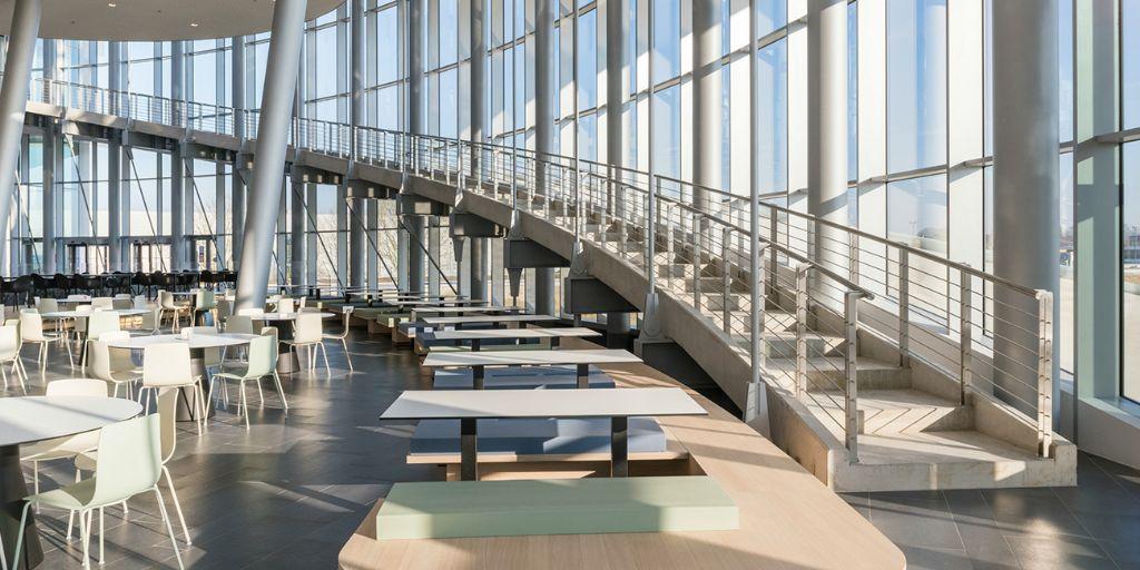 Lange wandelbruggen en een liftennetwerk verbinden de diverse componenten met elkaar en vermijden zo een wirwar van trappen. (Foto: Jaspers-Eyers Architects)
