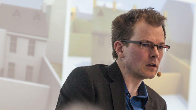 Professor Stefan Boeykens is de eerste spreker van de avond.