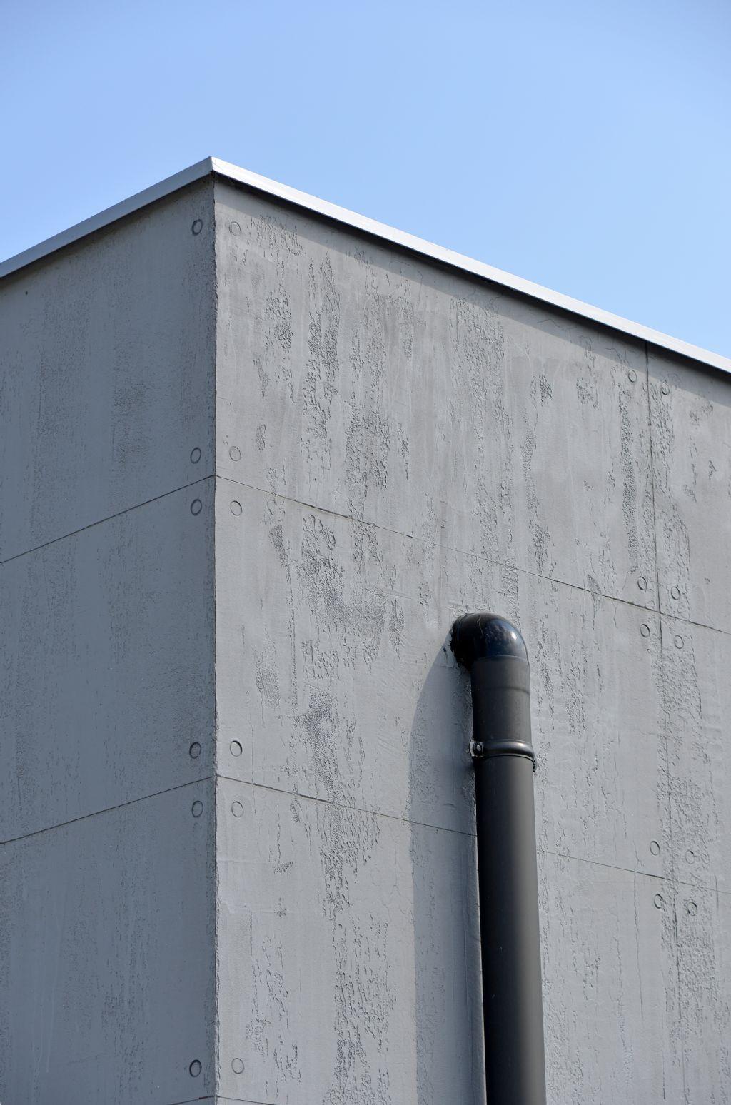 Les évacuations extérieures peuvent être noyées dans l'épaisseur de l'isolant de façade ou, comme ici, laissées apparentes afin de ne créer aucun pont thermique