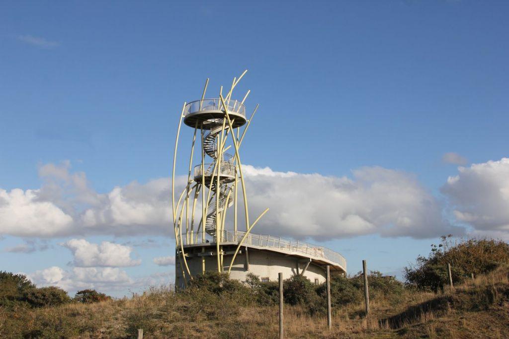 La tour de la réserve naturelle, entre Westende et Middelkerke, attire le regard.