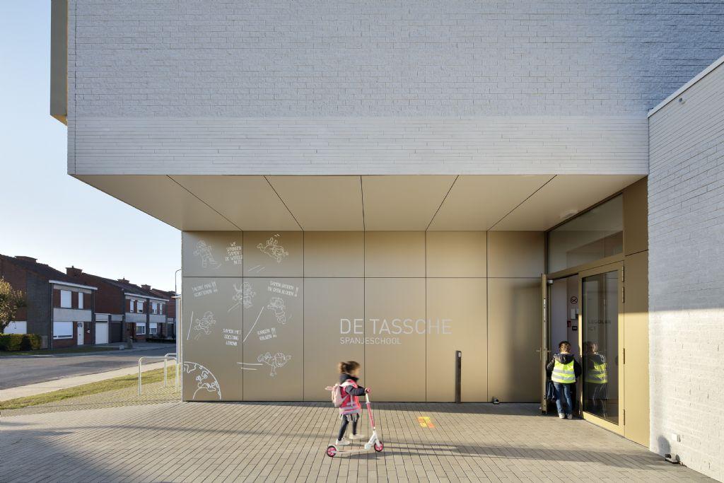 Een heldere onthaalzone voor basisschool De Tassche met Rockpanel Metals