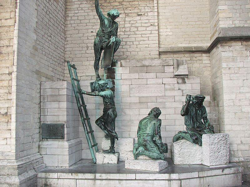 Een beeldengroep ter ere van Jan en Pieter Appelmans aan de voet van de kathedraal.