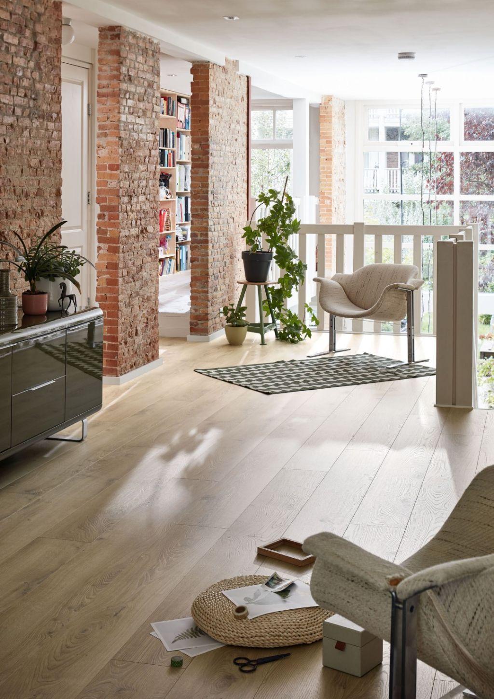 Een laminaatvloer met lange planken komt optisch perfect tot zijn recht in royale, open woonruimtes.