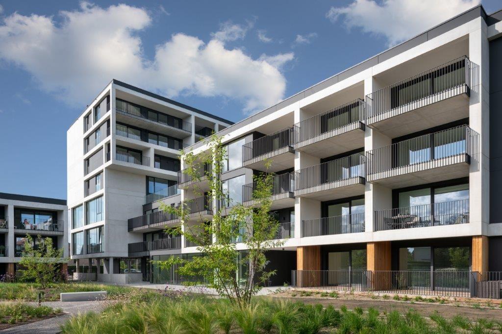 """""""Dankzij de L-vorm van het complex konden we bovendien een mooie, aangename binnentuin inrichten, waar rust en verpozing de voornaamste kernwoorden zijn"""", zegt Jolien Schraepen. (Beeld: Patrick Van Gelder – MAMU architects)"""