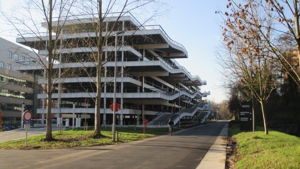 Om het geheel een energiezuinig karakter te kunnen geven, opteerde de architect voor een parkeergarage met een open structuur.