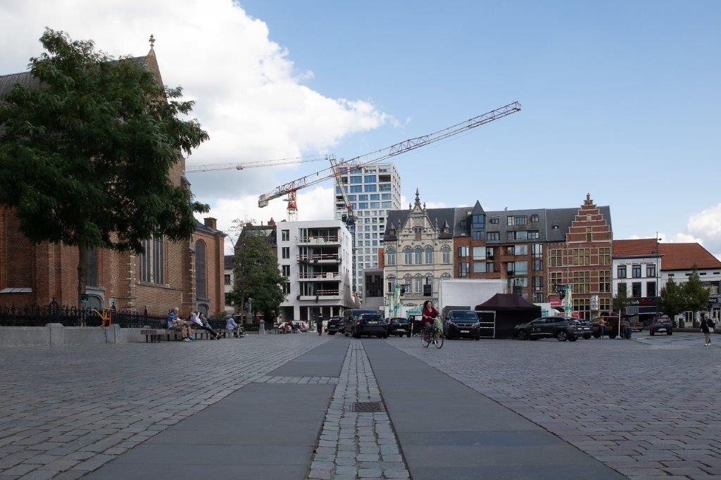 Het zicht vanop de Grote Markt. De Turnova-toren is het nieuwe referentiepunt aan de Turnhoutse skyline. (Beeld: Stefaan Van der Veken)