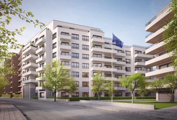 Witte buitengevels in crepi en terrassen in licht architectonisch beton geven het geheel een frisse aanblik.