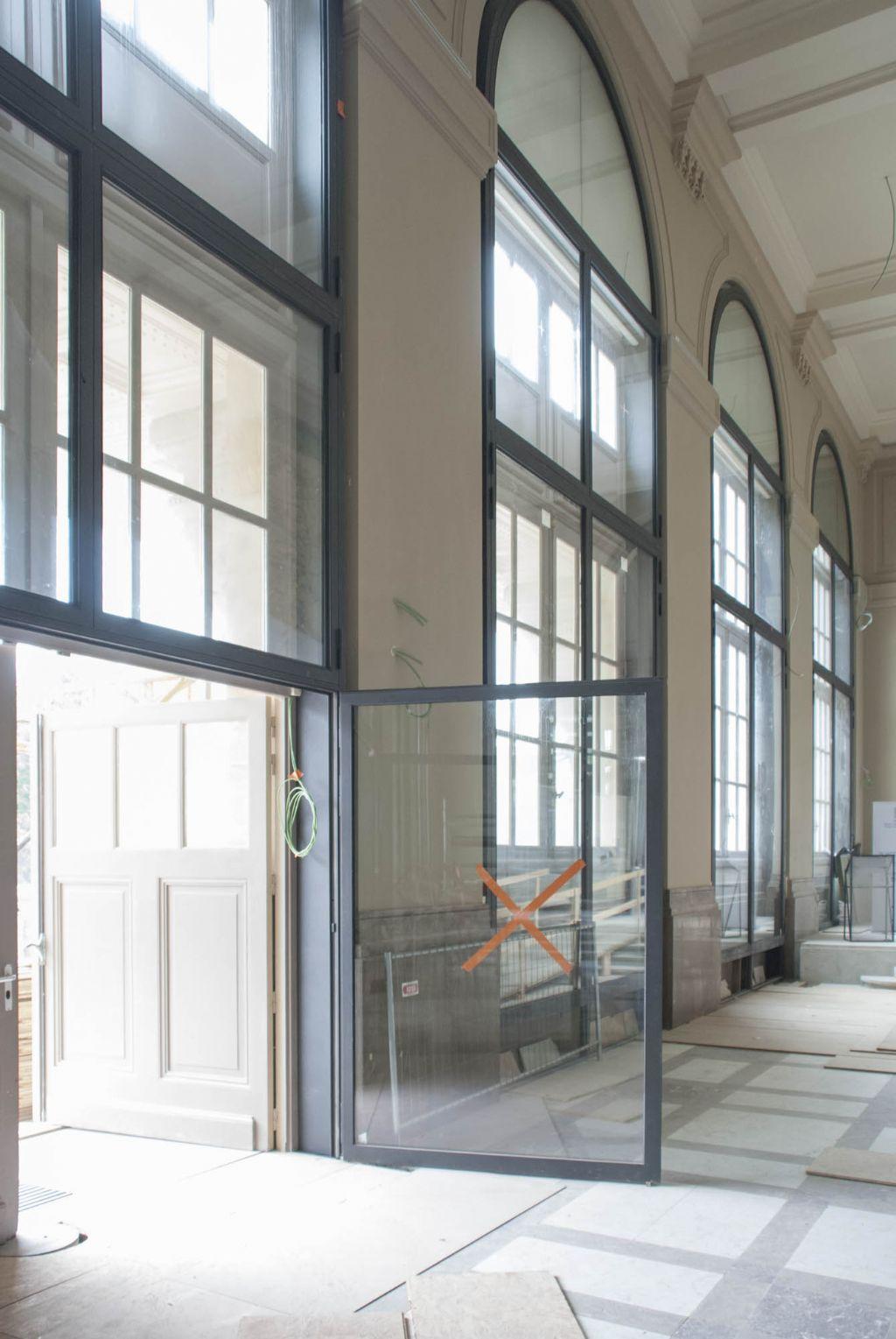 In het oude museumgebouw werden stalen ramen en deuren geplaatst.