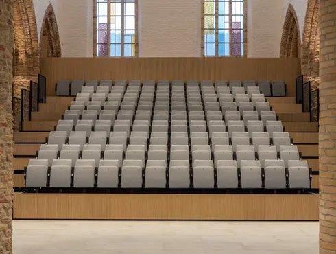 De vernieuwde kerk is zelfs uitgerust met een uitschuifbare tribune. (Beeld: Artes Group)