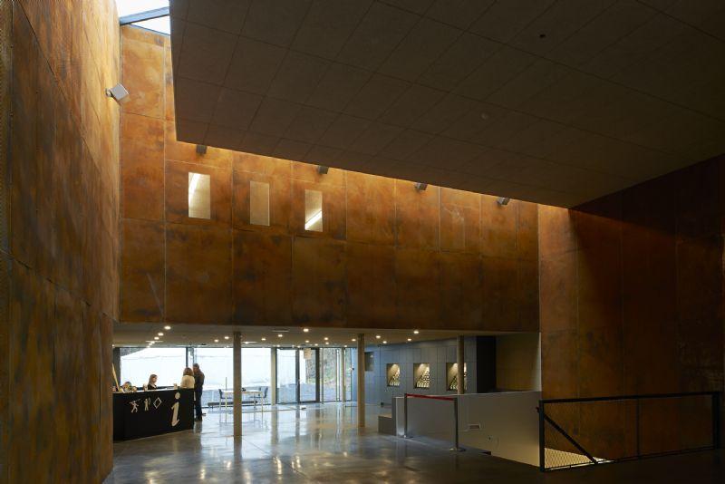 Dans le grand hall, l'atelier d'architecture de Gil Honoré a voulu confronter le visiteur à la matière brute et à la lumière.