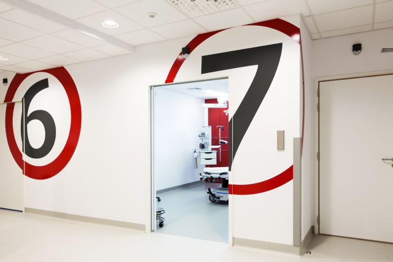 Op de spoeddienst staan de nummers per onderzoeksbox aangeduid in grote cirkels in verschillende kleuren. Die werden ook doorgetrokken in de kasten.