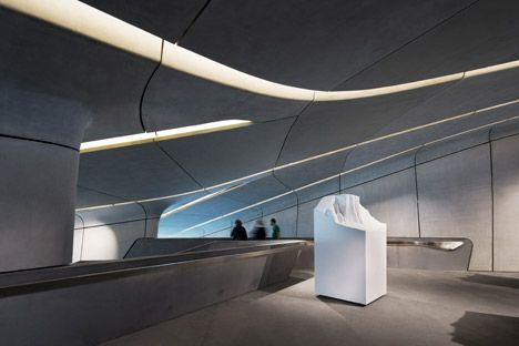 """Binnen zijn de galerijen verdeeld over drie verdiepingen, verbonden door trappenhallen die het bedrijf beschrijft als zijnde """"als bergwatervallen""""."""