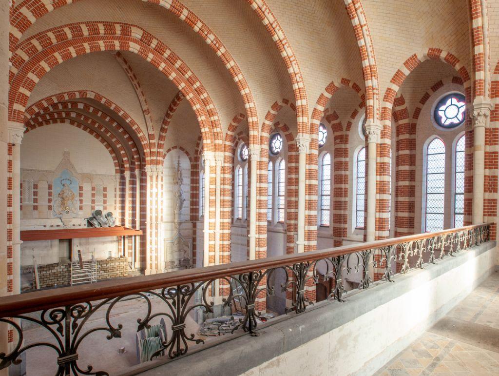 De ontwijde kerk zal onder plaats meer bieden aan een multi-inzetbare lobby, een brasserie en gemeenschappelijke ontmoetingsruimtes.