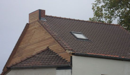 Gelet op het feit dat dit huis enkele jaren na de renovatie van het dak langs de buitenzijde geïsoleerd werd, zijn er kleurverschillen waarneembaar ter hoogte van de dakranden en de onderkant van het dak.
