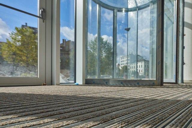 Opzienbarend torencomplex Quatuor met duurzame emco entreematten