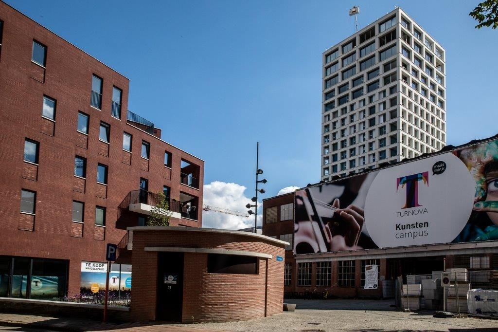 In het kader van het Turnova-project worden allerhande nieuwe gebouwen opgetrokken op de voormalige drukkerijsite, maar één volume steekt er letterlijk en figuurlijk met kop en schouders boven uit: de Turnova-toren. (Beeld: Stefaan Van der Veken)